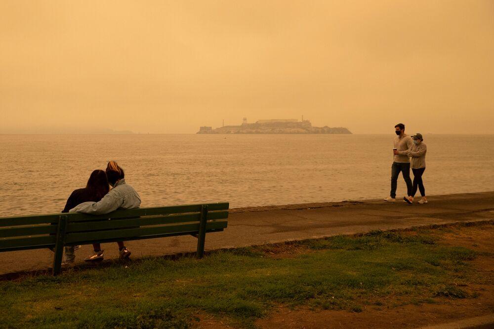 سماء برتقالية اللون في جزيرة ألكتراز بسبب حرائق الغابات الهائلة في ولاية كاليفورنيا، 9 سبتمبر 2020