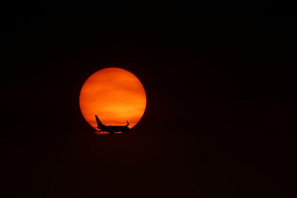 سماء برتقالية اللون بالقرب من مطار لونغ بيتش في مدينة هونتينغتون بيتش، بسبب حرائق الغابات الهائلة في ولاية كاليفورنيا، 9 سبتمبر 2020