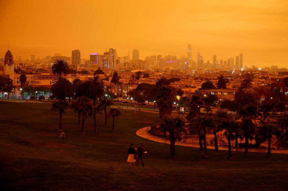 سماء مدينة سان فرانسيسكو برتقالية اللون بسبب حرائق الغابات الهائلة في ولاية كاليفورنيا، 9 سبتمبر 2020
