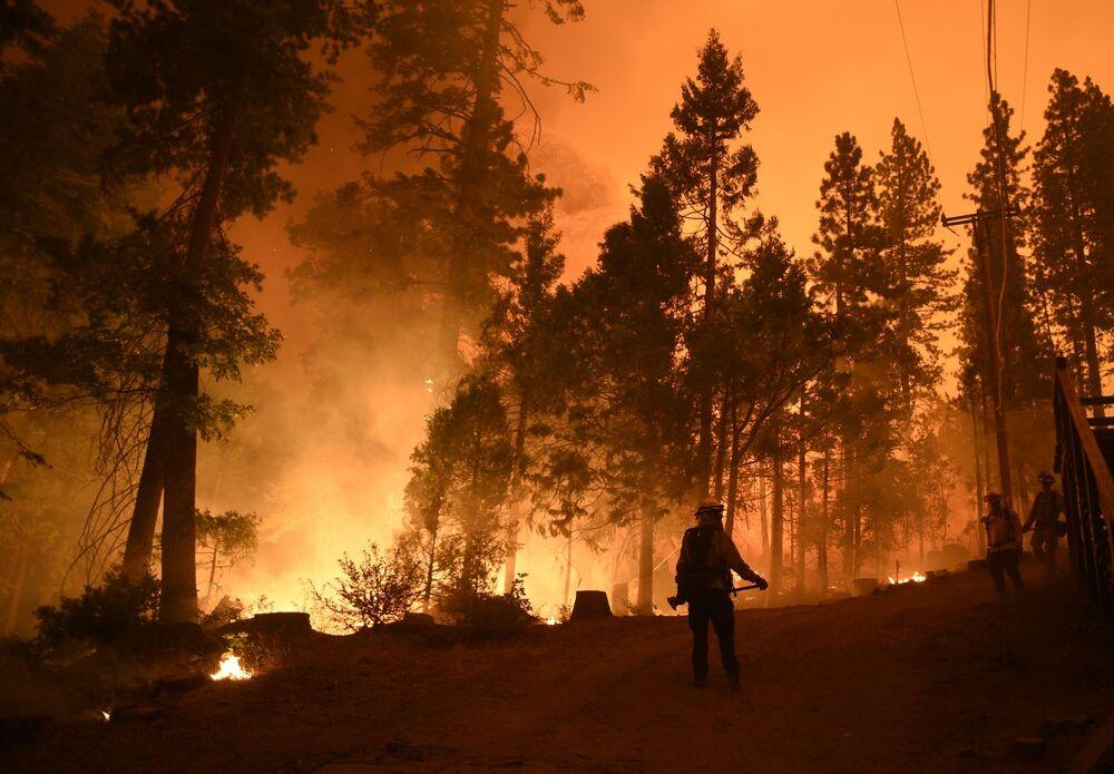 عمليات إطفاء الحريق في غابات شيفر ليك، في كاليفورنيا 6 سبتمبر 2020