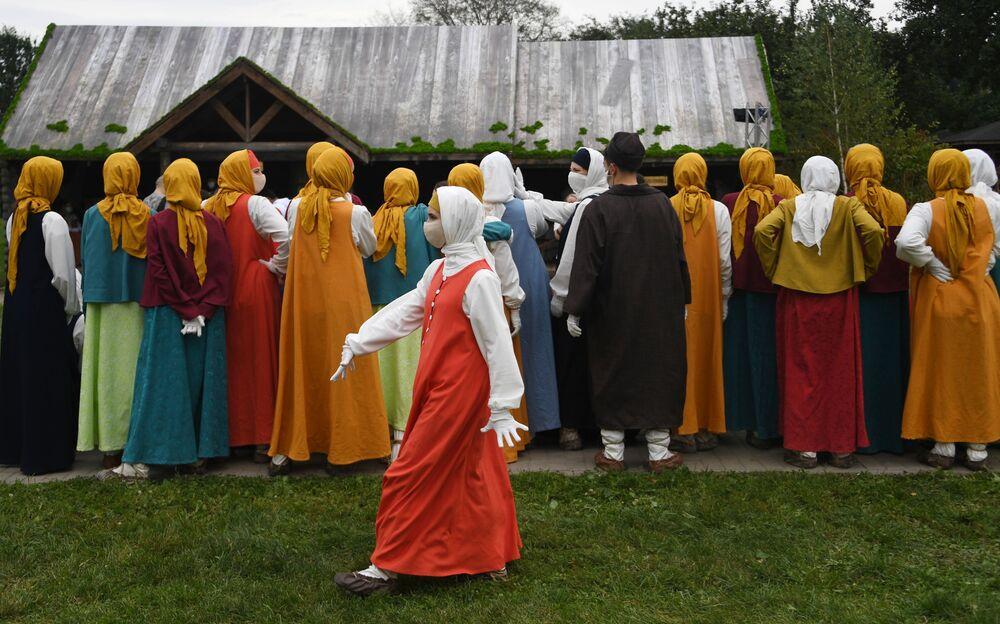 محاكاة لحياة موسكو في القرنين السادس عشر والسابع عشر في حديقة كولومبينسكويه في يوم تأسيس موسكو، 5 سبتمبر 2020