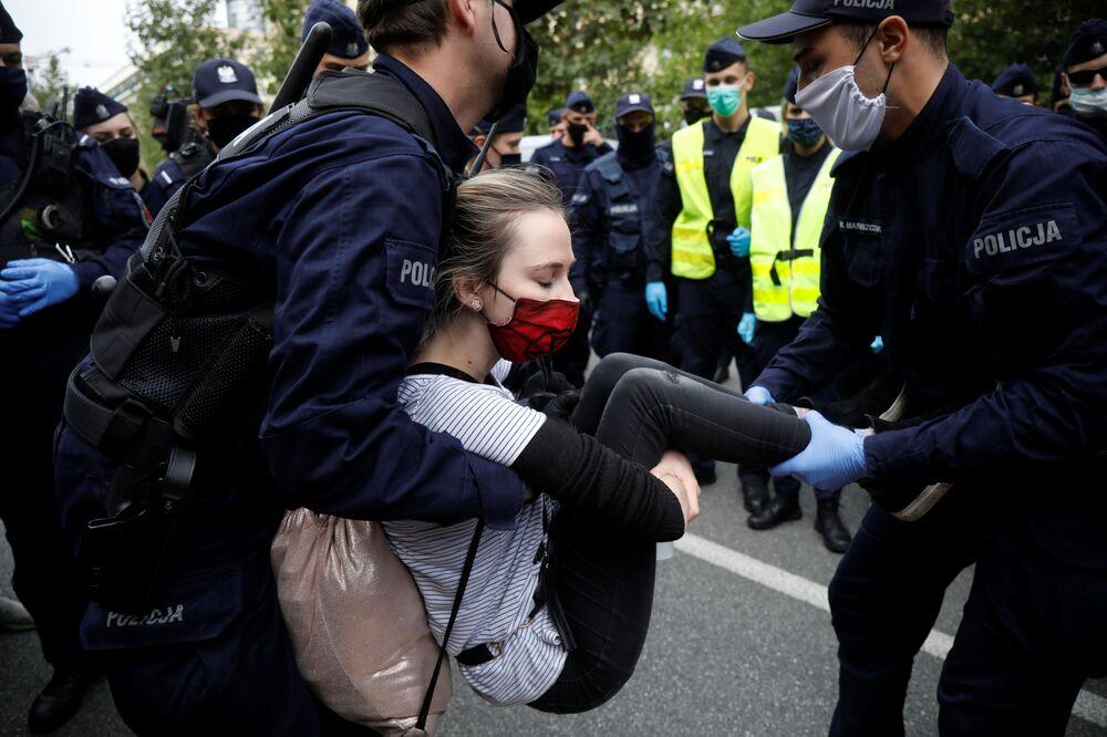 الشرطة البولندية تعتقل أحد المشاركين في مظاهرات تمرد ضد الانقراض (حركة بيئية عالمية)  في وارسو، 7 سبتمبر 2020