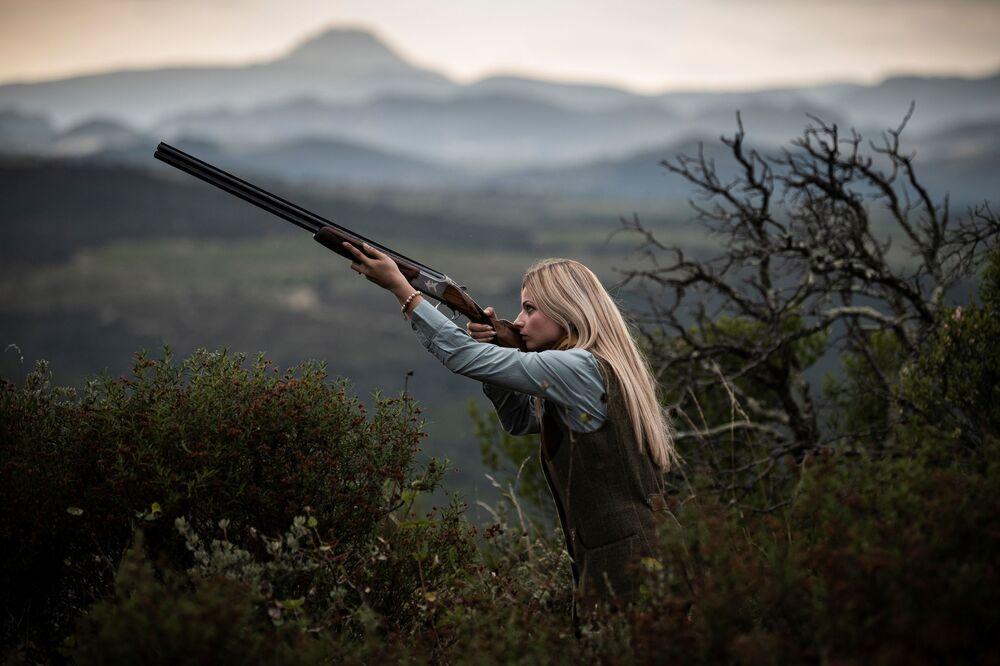 الصائدة الفرنسية جوانا كليرمونت، 23 عامًا، خلال جلسة تصوير في الريف بالقرب من بربينيان، جنوب غرب فرنسا، 8 سبتمبر  2020.