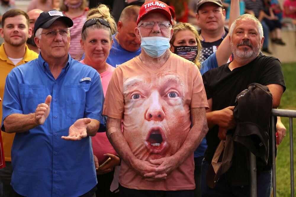 أنصار دونالد ترامب خلال خطاب حملته الرئاسية في مطار سميث رينولدز في وينستون سالم، كارولينا الشمالية، الولايات المتحدة  9 سبتمبر 2020