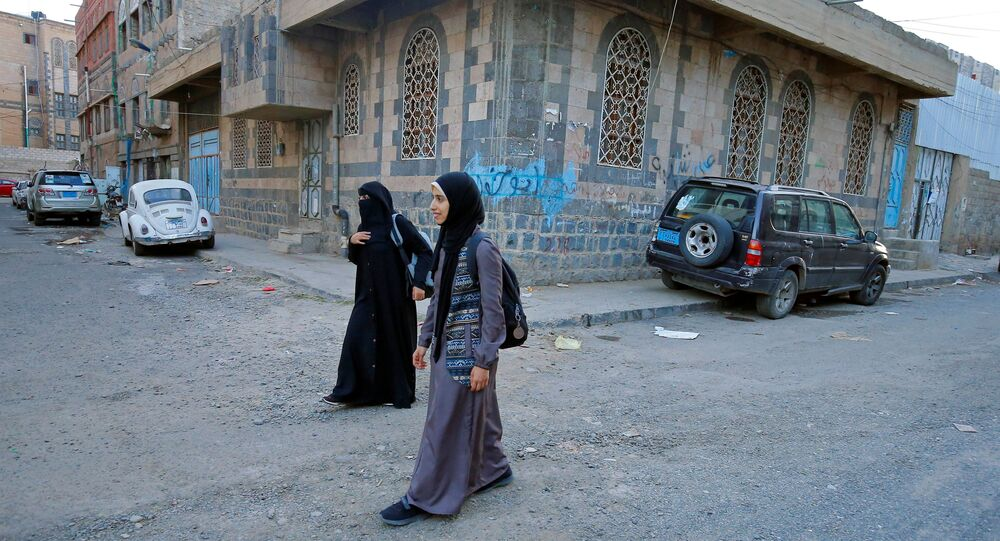 مدربة الفنون القتالية وبطلة الكيك بوكسينج اليمنية سهام عامر خلال نزهة مع متدربة لديها في صنعاء، اليمن 8 سبتمبر 2020