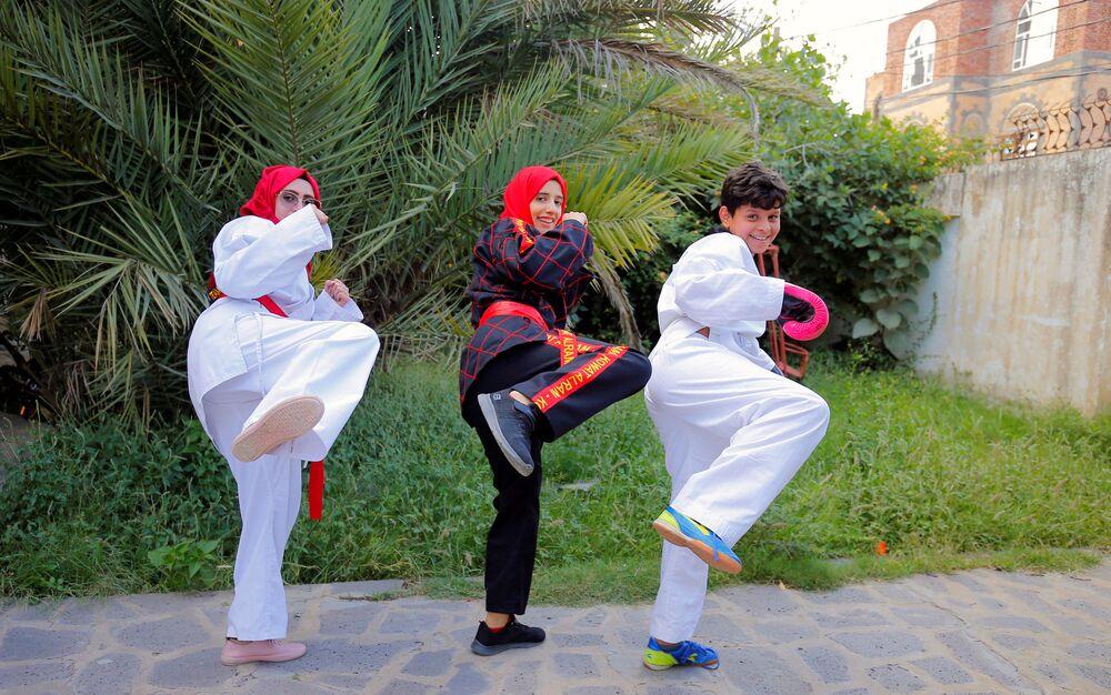مدربة الفنون القتالية وبطلة الكيك بوكسينج اليمنية سهام عامر أثناء التدريبات في منزل إحدى المتدربات في صنعاء، اليمن 5 سبتمبر 2020
