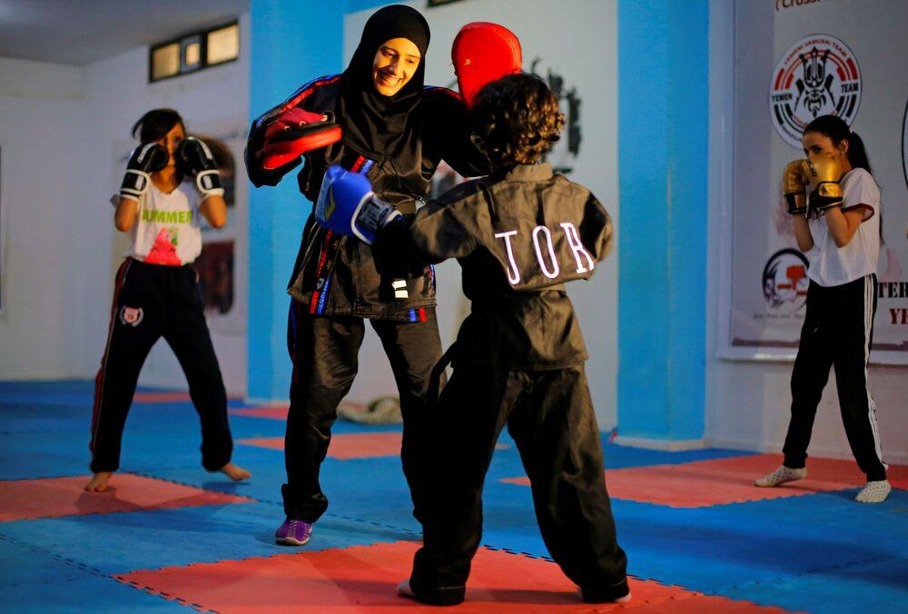 مدربة الفنون القتالية وبطلة الكيك بوكسينج اليمنية سهام عامر أثناء التدريبات في مركز التدريب في صنعاء، اليمن 1 سبتمبر 2020