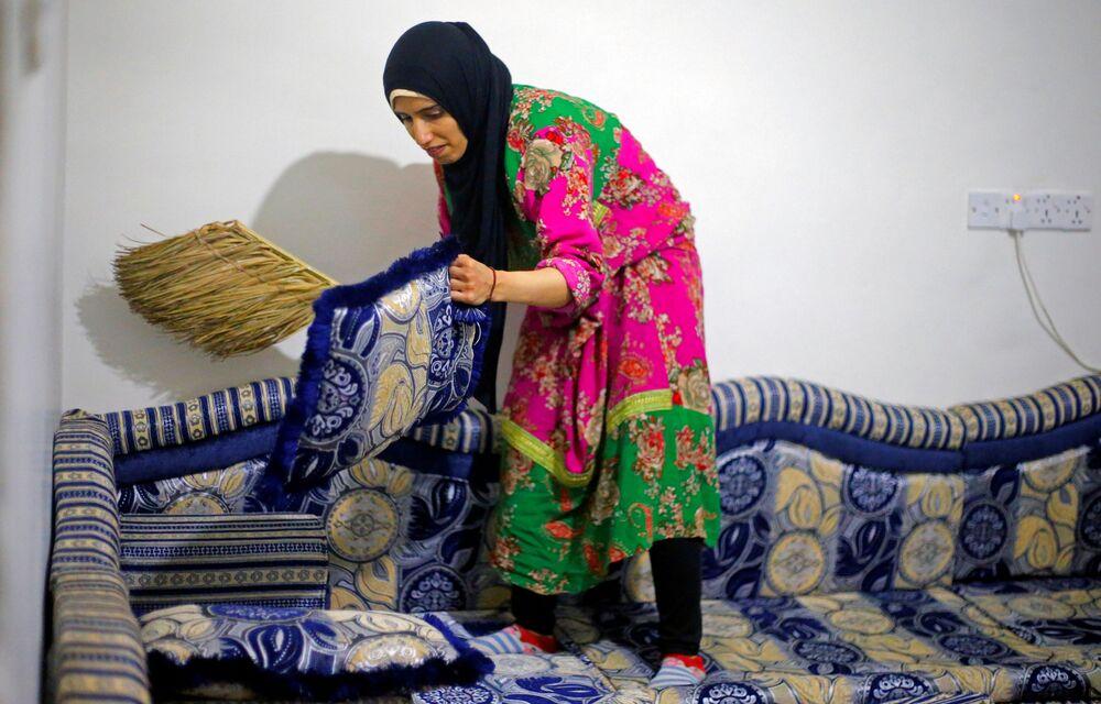 مدربة الفنون القتالية وبطلة الكيك بوكسينج اليمنية سهام عامر في منزلها في صنعاء، اليمن 8 سبتمبر 2020