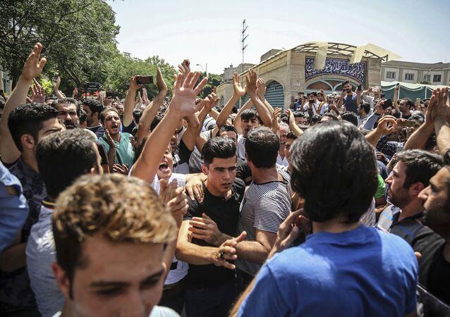 المصارع الإيراني نافيد أفكاري خلال مشاركته في مظاهرات بمدينة شيراز جنوب إيران عام 2018