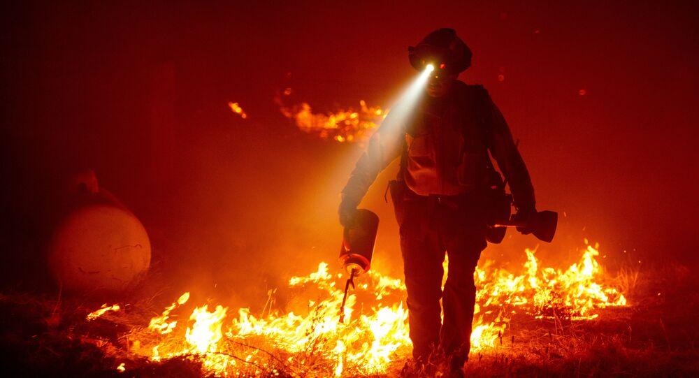 رجل إطفاء في كاليفورنيا