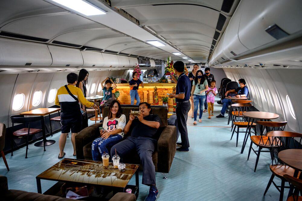 زوار داخل مقهى على متن طائرة آيروباص 330، في بانكوك 10 سبتمبر 2020