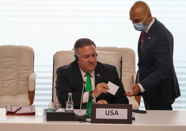 وزير الخارجية الأمريكي، مايك بومبيو خلال الجلسة الافتتاحية لمفاوضات السلام بين الحكومة الأفغانية وحركة طالبان، المنعقدة في الدوحة، قطر 12سبتمبر 2020