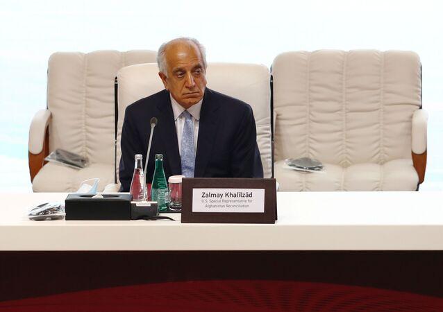 زلماي خليل زاد، المبعوث الأمريكي للسلام في أفغانستان، خلال الجلسة الافتتاحية لمفاوضات السلام بين الحكومة الأفغانية وحركة طالبان، المنعقدة في الدوحة، قطر 12سبتمبر 2020