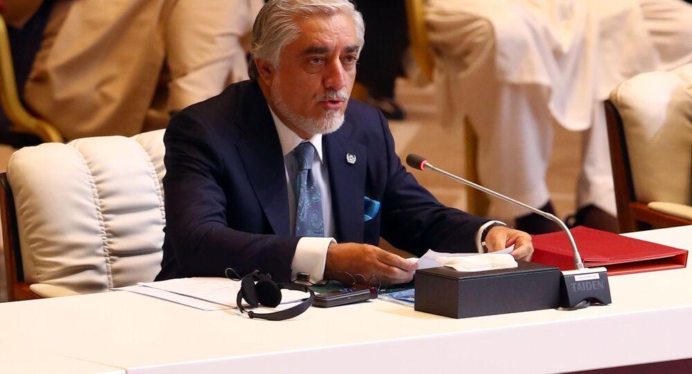عبد الله عبد الله (وسط الصورة)، رئيس المجلس الأعلى للمصالحة الوطنية في أفغانستان خلال الجلسة الافتتاحية لمفاوضات السلام بين الحكومة الأفغانية وحركة طالبان، المنعقدة في الدوحة، قطر 12سبتمبر 2020