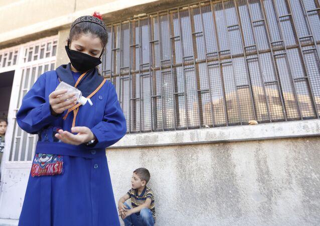 تلاميذ سوريا يعودون إلى مقاعدهم وسط توجس عام من كورونا
