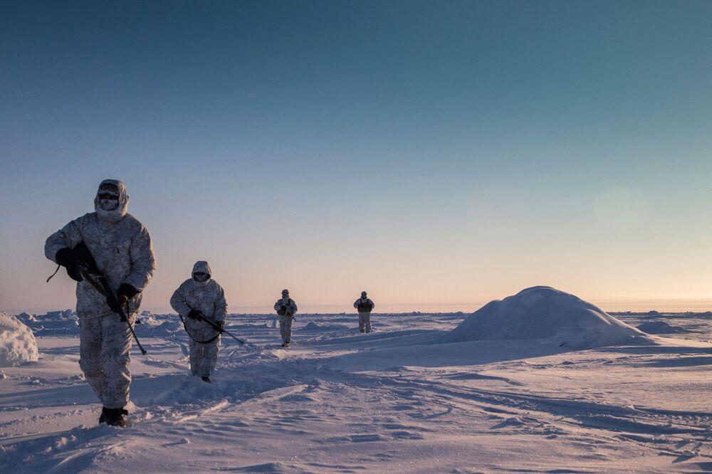 عناصر من القوات الخاصة التابعة لوزارة الشؤون الداخلية لجمهورية الشيشان خلال تدريبات في منطقة القطب الشمالي.