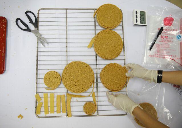 أخصائي التغذية يتفقد البروتين النباتي المنتج من الشركة Zhenmeat، خلال عرضها لوسائل الإعلام في مختبر في الأكاديمية الصينية للعلوم الزراعية في بكين، الصين، 5 سبتمبر / أيلول 2020