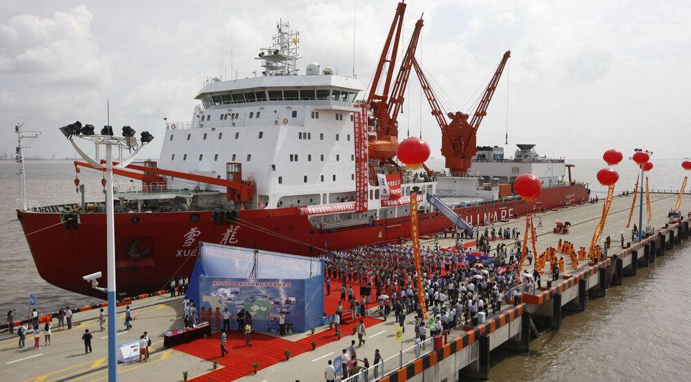 كاسحة الجليد الصينية Xuelong  (أو تنين الثلج)، ترسو في شنغهاي بعد عودتها من 85 يوما من بعثة استكشافية في القطب الشمالي، 27 سبتمبر 2012