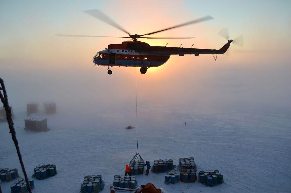 العلماء والباحثون الروس أثناء العمل على نشر محطة جديدة إس بي-40 في القطب الشمالي.