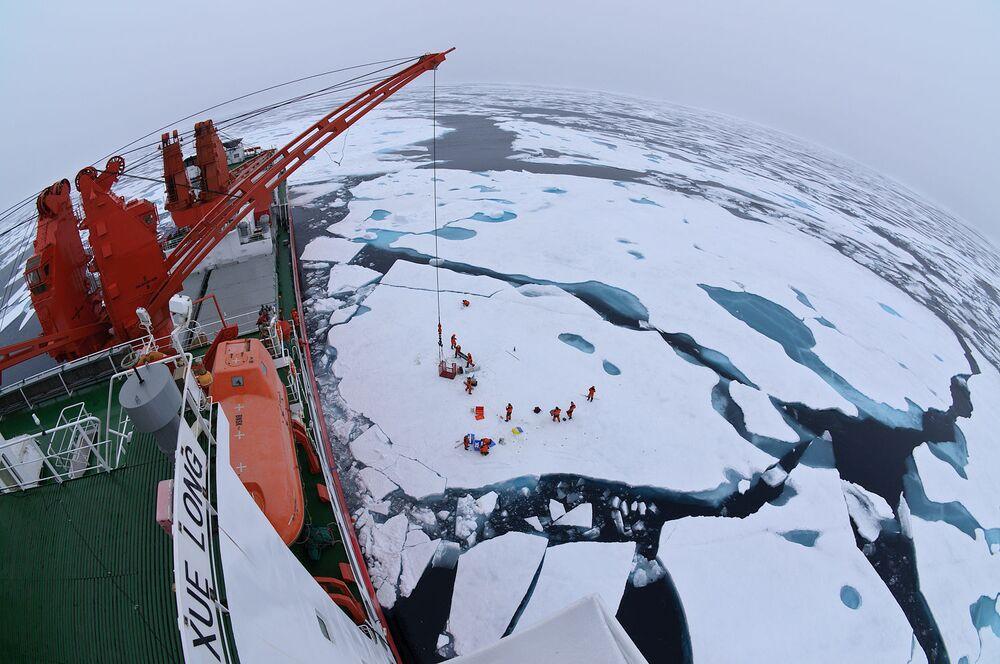 جليد القطب الشمالي من متن كاسحة الجليد الصينية Xue Long