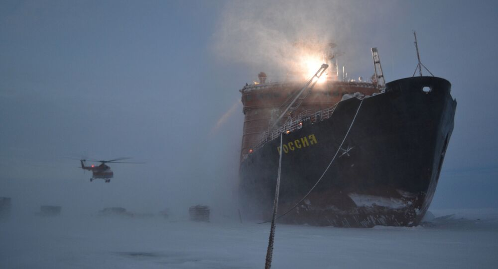 وصول مجموعة من العلماء الروس على متن كاسحة جليد إلى محطة إس بي-40 الجديدة في  القطب الشمالي.