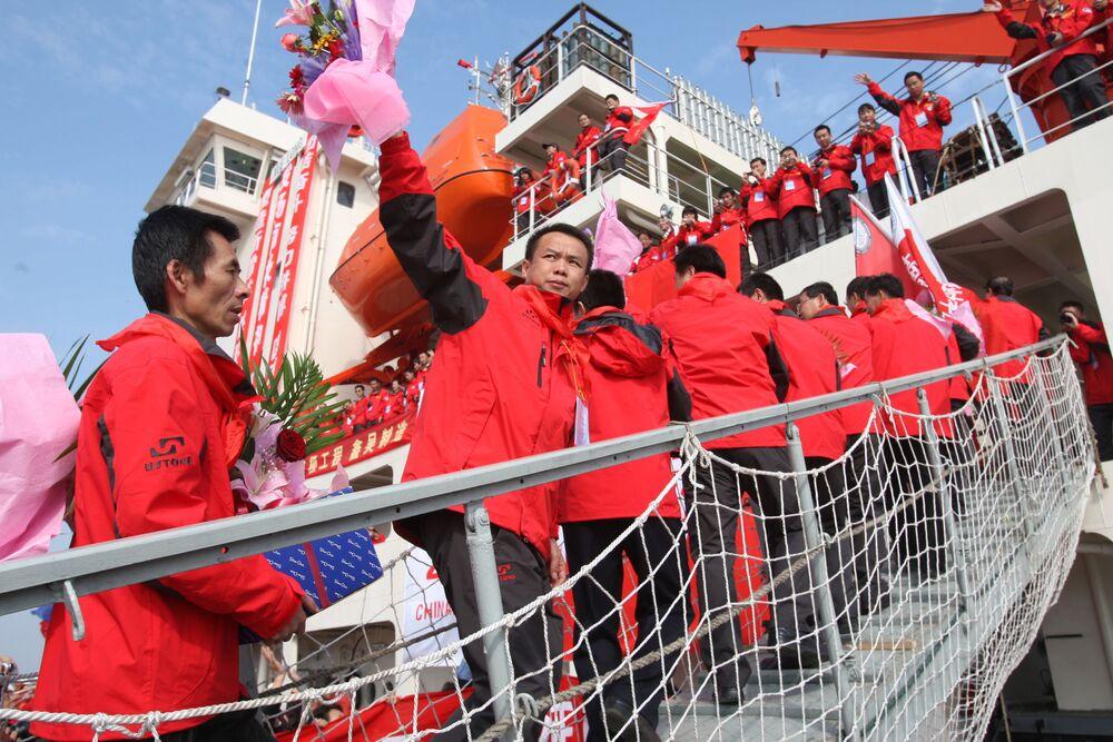 العلماء الصينيون يصعدون إلى متن سفينة استكشافية Xuelong في شنغهاي، 12 نوفمبر 2007.