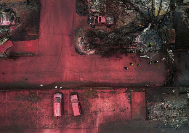 فريق الإنقاذ يتفقد ركام المنازل باحثين عن ناجين إثر حرائق الغابات في مدينة تالنت في ولاية أوريغون، الولايات المتحدة 13 سبتمبر 2020