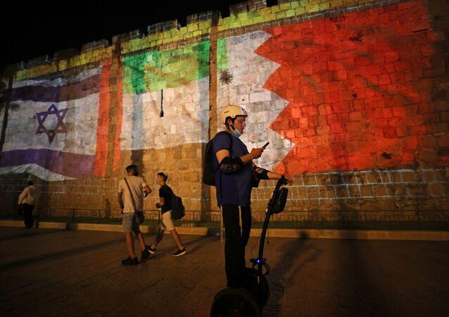 إضاءة أعلام دول التطبيع عقب توقيع اتفاق السلام بين إسرائيل والإمارات والبحرين في القدس ، 15 سبتمبر 2020