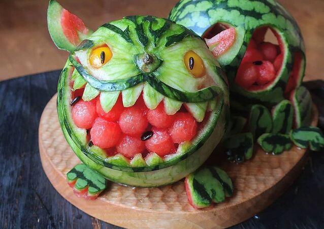 اليابانية إتوني ماما (Etoni Mama) تصنع مأكولات على شكل أشخصيات كرتونية، ويسمى هذا النوع الجديد من الفن كيارابين (Kyaraben)