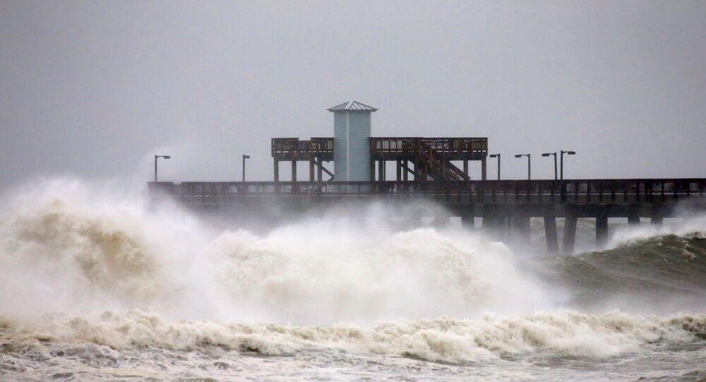 أمواج عالية على ساحل خليج ألاباما