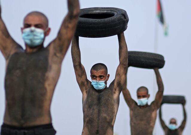 مجندون فلسطينيون جدد يشاركون في دورة تدريبية لتعزيز قوات الشرطة الفلسطينية لمكافحة انتشار فيروس كورونا (كوفيد -19) في مدينة غزة، قطاع غزة، فلسطين 17 سبتمبر 2020