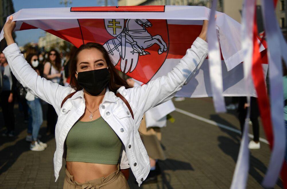 مشاركة في مسيرة نسائية غير مرخصة حكوميا صديقة وراء صديقة في مينسك، بيلاروسيا 12 سبتمبر 2020
