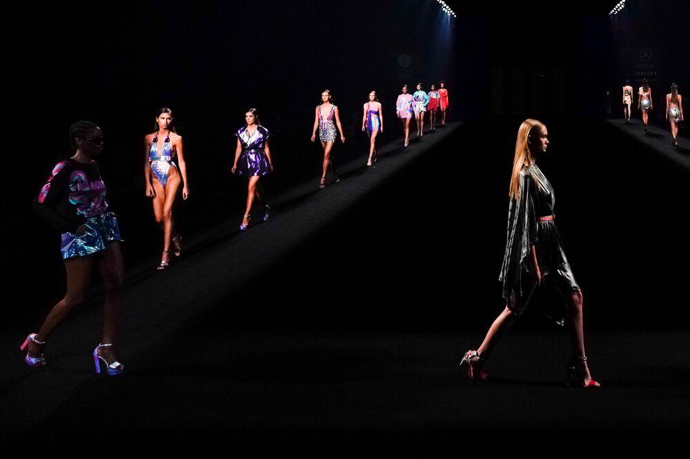 عارضات أزياء يقدمن مجموعة أزياء Custo Barcelona خلال أسبوع الموضة في مدريد، إسبانيا 12 سبتمبر 2020
