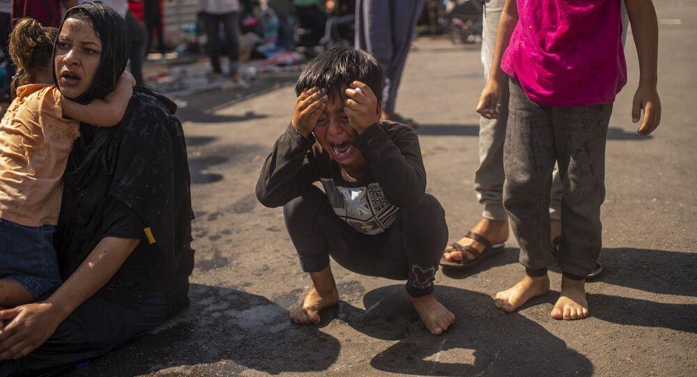 صبي من مخيم اللاجئين موريا بعد عدة أيام من إندلاع الحريق فيه في ليسبوس، اليونان 12 سبتمبر 2020