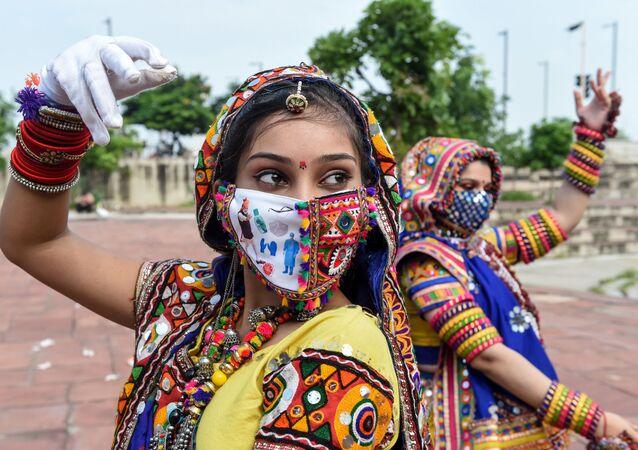 فرقة الرقص الشعبي خلال بروفة قبل المهرجان الخريفي لدى الهندوسيين نافاراتري (Navaratri) في أحمد آباد، الهند 12 سبتمبر 2020