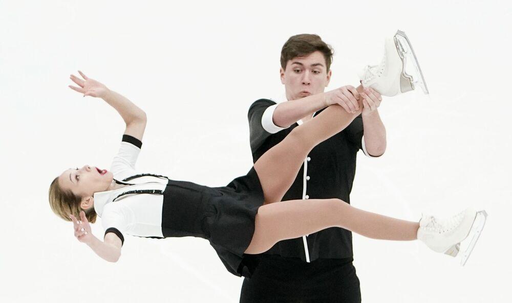 الروسيان دينيس خوديكين وداريا بافليوتشينكا أثناء أدائهما لفقرة فنية قصيرة للتزحلق على الجليد في إطار التأهل لفريق الوطني الروسي في موسكو، روسيا 12 سبتمبر 2020