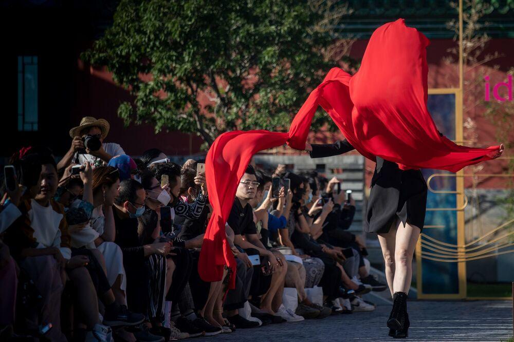 عارضة أزياء تقدم تصميم dol lady2020 في إطار أسبوع الموضة في بكين، الصين 16 سبتمبر 2020