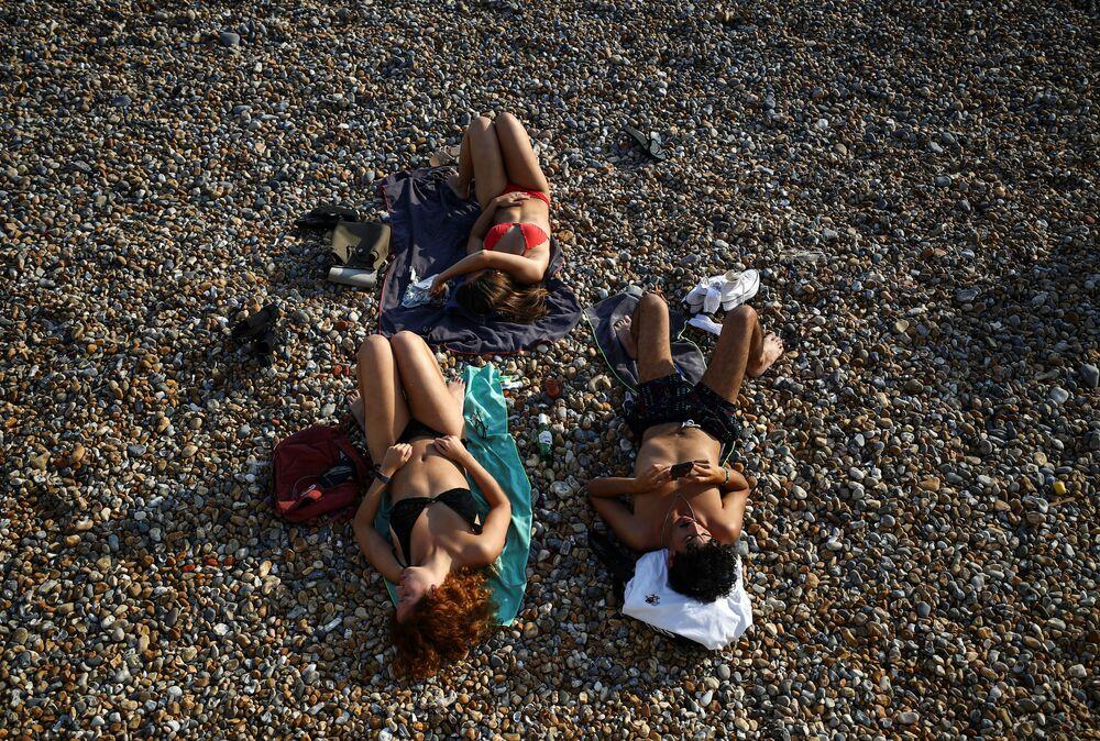 أشخاص يستمتعون بالطقس المشمس على شاطئ برايتون في برايتون، بريطانيا 15 سبتمبر 2020