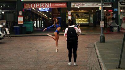 راقصة باليه خلال جلسة تصوير في سوق بايك بالاس ماركيت بمدينة سياتل، الولايات المتحدة 12 سبتمبر 2020