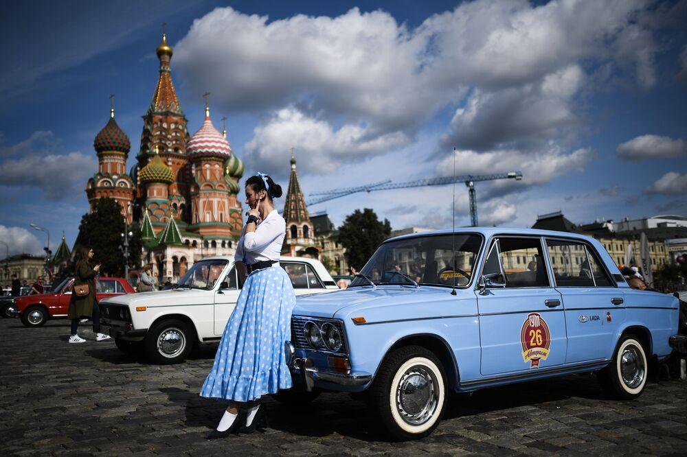 فتاة على خلفية سيارة جيغولي قبل بدء رالي سيارات الحقبة السوفيتية غوم-أفتورالي-2020 في موسكو، روسيا 12 سبتمبر 2020