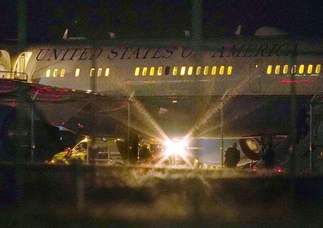 أشخاص يتفقدون طائرة نائب الرئيس مايك بنس، الثلاثاء 22 سبتمبر أيلول 2020 بعد عودتها إلى مطار مانشستر إثر اصطدامها بطائر