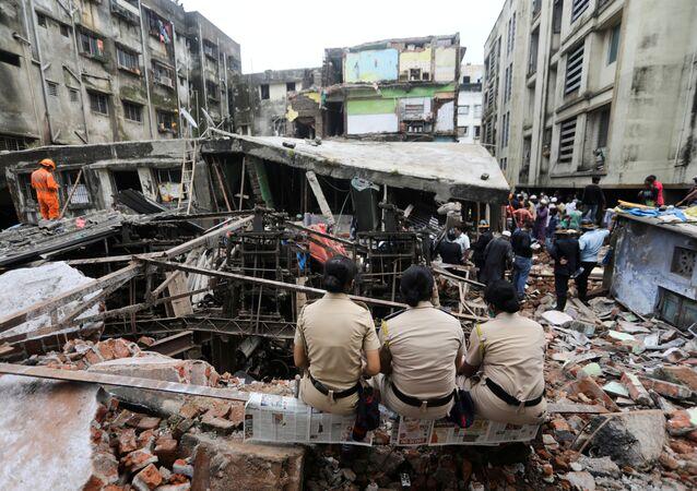 البحث عن ناجين في إنهيار مبنى في الهند