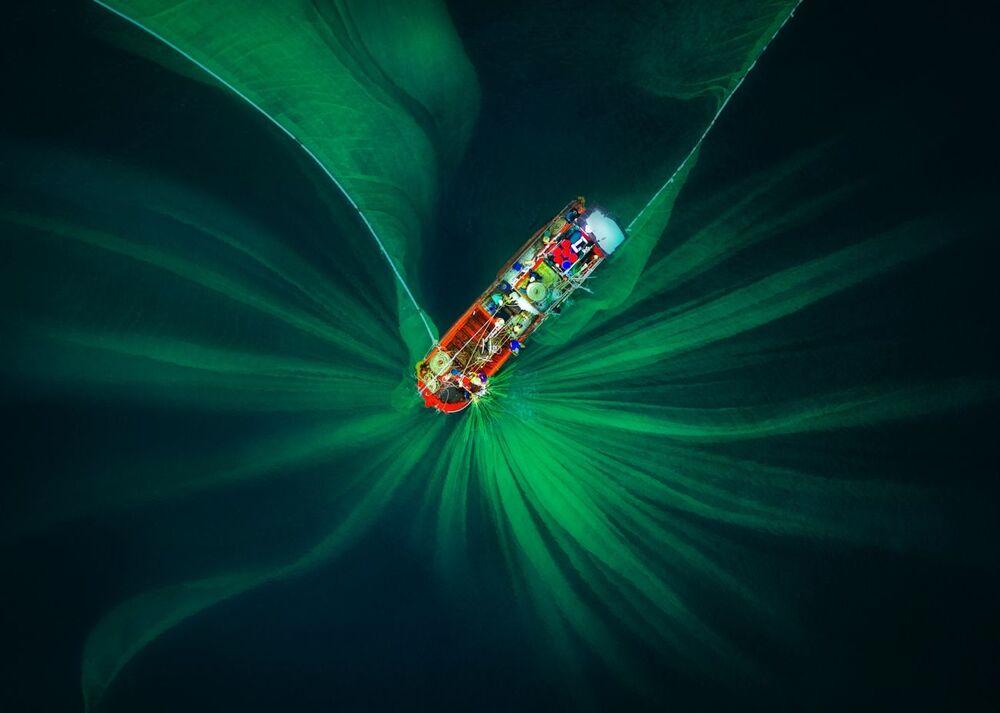 صورة بعنوان شبكة صيد السمك، للمصور ترانغ فام هوي، المصنفة بالمميزة في فئة الفن التجريدي من مسابقة جوائز التصوير بواسطة الدرون لعام 2020