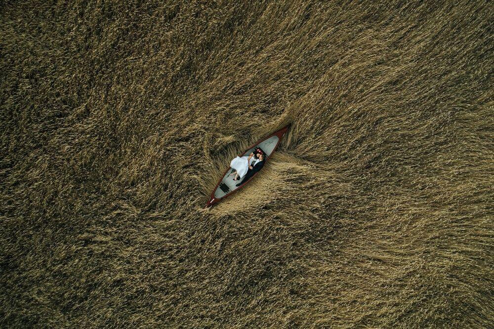 صورة بعنوان عشاق في الحقل، للمصور كرزيستوف كراوتزيك، الفائزة بالمركز لثاني  في فئة الزفاف من مسابقة جوائز التصوير بواسطة الدرون لعام 2020