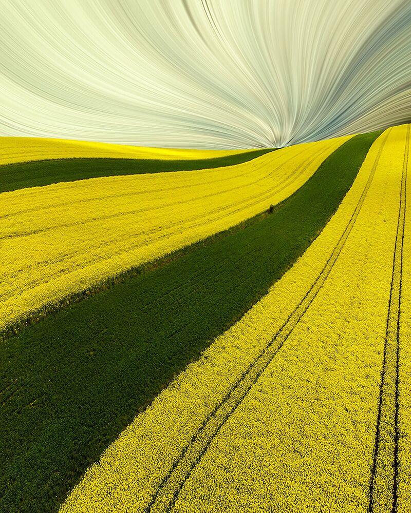 صورة بعنوان الربيع المخطط، للمصور لوكاس راجس، المصنفة بالمميزة في فئة الفن التجريدي من مسابقة جوائز التصوير بواسطة الدرون لعام 2020