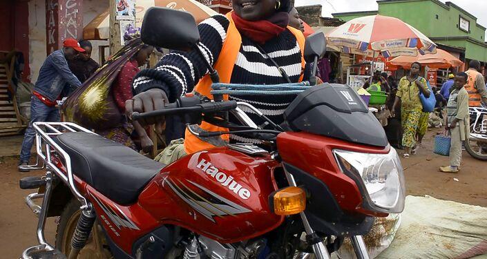 سائقة الدراجة النارية إميلدا مامبو، الكونغو 31 أغسطس 2020