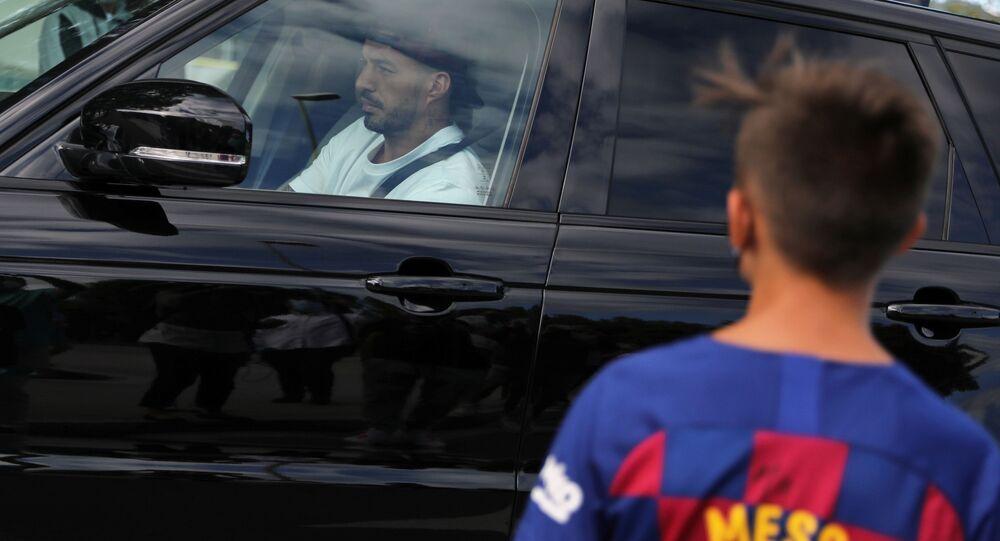 لويس سواريز يغادر برشلونة باكيا 23 سبتمبر أيلول 2020 قبل انتقاله لأتليتكو
