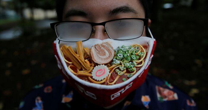 المصمم اليابني تاكاهيرو شيباتا يقدم كمامة على شكل طبق حساء رامين الياباني، يوكوهاما، اليابان 24 سبتمبر 2020