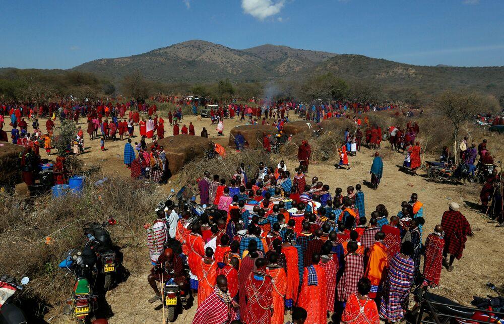 نساء قبيلة ماساي تغني خلال احتفالات أولنغيشير (Olng'esherr) عند تلال ماباراشا، بالقرب من كاجيادو في كينيا، 23 سبتمبر  2020