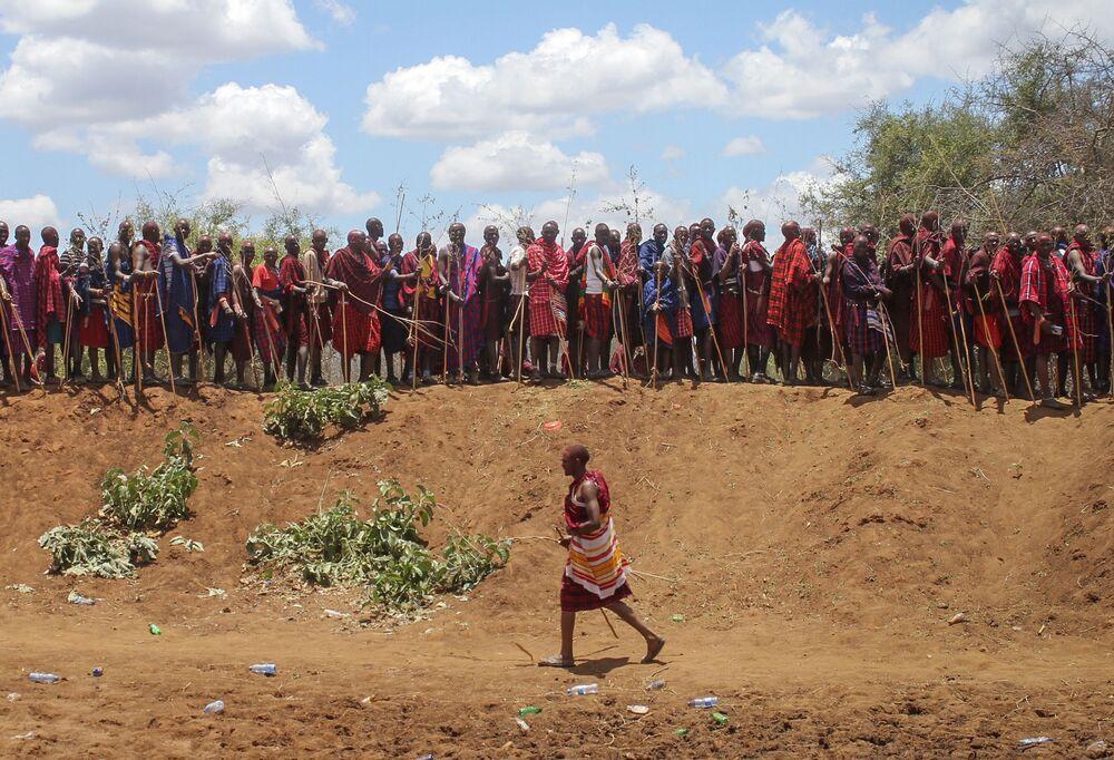 أفراد قبيلة ماساي خلال احتفالات أولنغيشير (Olng'esherr) عند تلال ماباراشا، بالقرب من كاجيادو في كينيا، 23 سبتمبر  2020